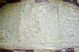 Шаг 3. Лаваш расстелить, смазать плавленым сыром.