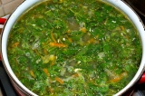 Шаг 10. Зелень и крапиву добавить в бульон, варить 5-7 минут.