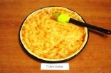 Шаг 4. Раскатать 1/3 теста, уложить в форму для пиццы и смазать кетчупом.