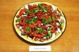 Шаг 7. Петрушку мелко порубить. Выложить всю начинку на основу пиццы.