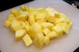 Шаг 7. Картофель очистить и нарезать кубиками.