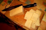 Шаг 3. Сыр нарезать тонкими пластинами.