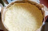Шаг 4. Распределить тесто по форме для выпечки, делая высокие бортики.