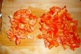 Шаг 2. Красный перец и помидоры нарезать кубиками.
