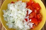 Шаг 5. Пекинскую капусту нарезать соломкой. Смешать все овощи в салатнике.