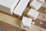 Шаг 6. Сыр Фитаки нарезать кубиками и добавить в салат.