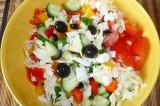 Шаг 8. В салат добавить оливки, заправить приготовленным соусом.