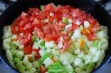 Шаг 7. Добавить все овощи в сковороду, тушить под крышкой на медленном огне.