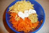 Шаг 4. Смешать все ингредиенты в салатнике, заправить майонезом. По вкусу посоли