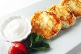 Готовое блюдо: сырники с изюмом