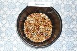 Шаг 2. Слить воду после замачивания, поместить фасоль в чашу мультиварки, влить
