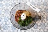 Шаг 6. В чашу блендера переложить фасоль, петрушку, лук, чеснок, орехи и посолит