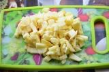 Шаг 4. Яблоко очистить, нарезать кубиками и сбрызнуть лимонным соком.