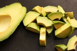 Шаг 5. Авокадо очистить от кожуры и нарезать небольшими кусочками.