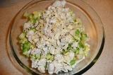 Шаг 6. Все ингредиенты смешать в салатнике, заправить оливковым маслом.