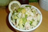 Готовое блюдо: салат с авокадо и курицей
