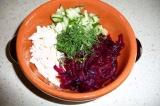Шаг 8. Все ингредиенты выложить в тарелку и залить охлажденным свекольным отваро