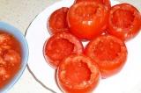 Шаг 1. У помидоров аккуратно вынуть всю мякоть.