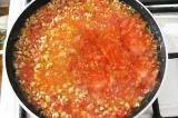 Шаг 4. Добавить в сковороду помидорную мякоть, посолить и поперчить.