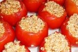 Шаг 7. Наполнить помидоры начинкой, выложить в форму для выпечки и отправить в д