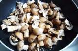 Шаг 1. Вымытые, обсушенные грибы крупно порезать.