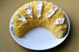 Шаг 12. Дольку посыпать тертым сыром, сделать полоски из майонеза и посыпать мор