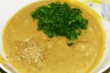 Шаг 8. Майоран и мелко рубленую зелень добавить в соус.