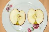 Шаг 2. Яблоко разрезать, сделать углубление.