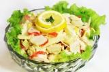 Готовое блюдо: салат с крабовыми палочками и яблоком