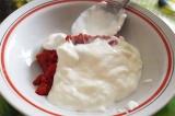 Шаг 1. В миску положить сметану, майонез, томатную пасту.