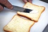 Шаг 1. Хлеб намазать маслом.