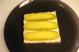 Шаг 2. Огурец порезать вдоль и положить на бутерброд.