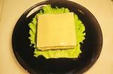 Шаг 3. Сверху положить сыр.