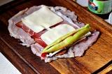 Шаг 6. Поместить по несколько соломой поверх голубого сыра.