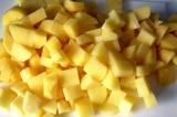 Шаг 1. Очистить картофель и порезать кубиками.