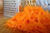 Шаг 3. Натереть морковь.