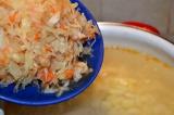 Шаг 5. Положить капусту в бульон с картошкой и варить 10 минут.