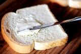 Шаг 1. Намазать хлеб маслом.