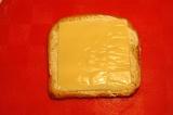 Шаг 2. На хлеб с маслом положить сыр.