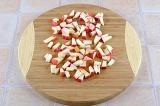 Шаг 1. Мелко нарезать яблоко.