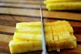 Шаг 1. Мякоть ананаса нарезать небольшими кубиками.