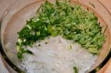 Шаг 4. Сложить все ингредиенты в салатник. Перемешать, посолить по вкусу, заправ