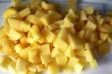 Шаг 6. Картофель нарезать кубиками.