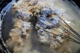 Шаг 4. Добавить бульон, соль и перц, перемешать до однородной массы.