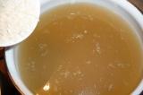 Шаг 3. В бульон добавить промытый рис.