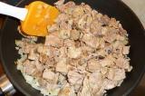 Шаг 6. Добавить к луку мясо.