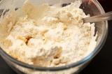 Шаг 3. Добавить муку, молоко, разрыхлитель и соль. Замесить тесто.