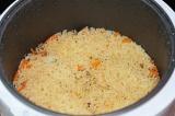 Шаг 7. Закинуть рис, равномерно распределить его, но не перемешивать.