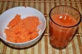 Шаг 2. Выжать морковный сок, а жмых переложить в глубокую миску. Добавить сок ли