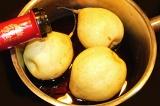 Шаг 2. Налить красного сухого вина ровно столько, чтобы оно прикрывало груши лиш